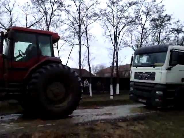 Camion remorcat de tractor in Graniceri, jud Arad, Romania