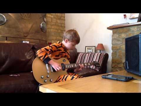 La doar 10 ani este o nouă legendă a muzicii - VIDEO