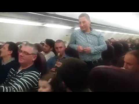 Emoţionant! Un avion plin de români cântă colinde