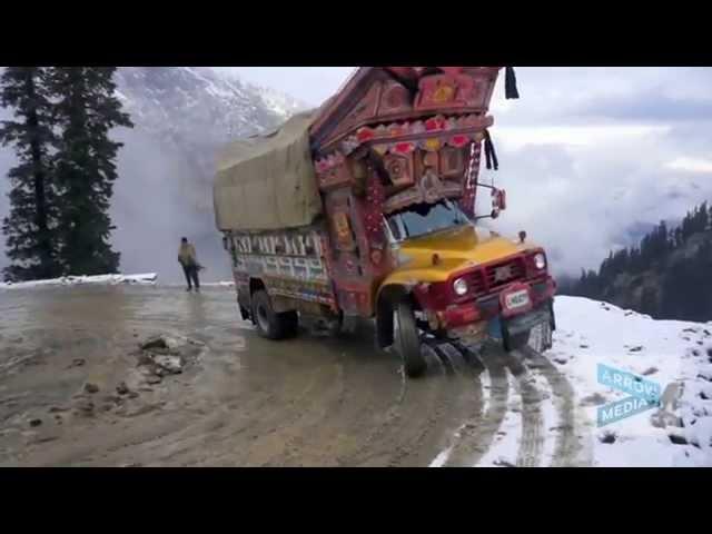 Numai șoferii curajoși și experimentați acceptă să plece în cursă prin Lowari